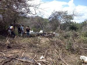 Moradores relataram ouvido explosões após a queda do avião (Foto: Caetano Silva/Assuncaolivre.com)