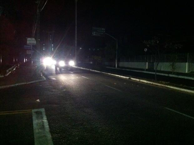 Apenas as luzes de carro iluminavam as ruas de Fortaleza na madrugada desta sexta-feira (26) (Foto: André Teixeira/G1)