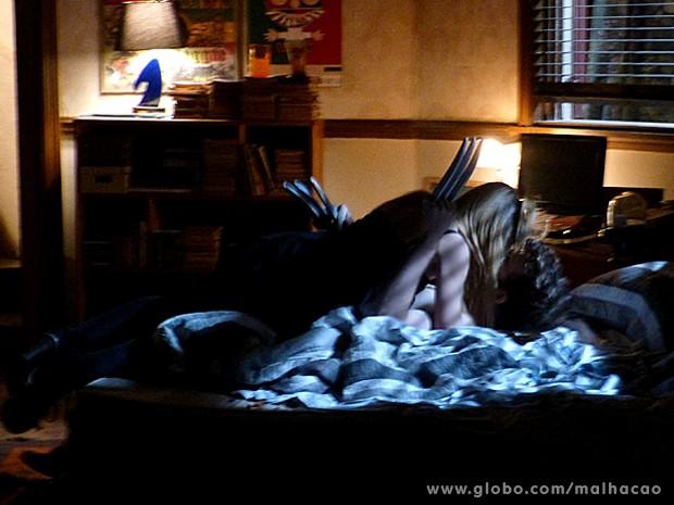 Sofia para para cima e tasca um beijão em Sidney (Foto: Malhação / TV Globo)