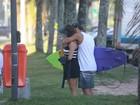 Grávida, Deborah Secco vai a praia com o namorado no Rio