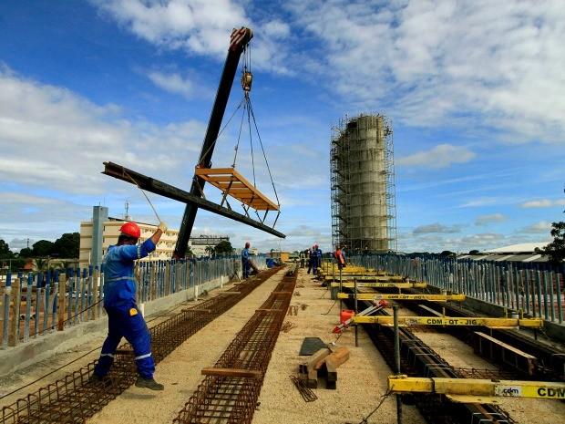 A Secopa informou que 50 profissionais estão atuando na instalação dos trilhos do VLT. (Foto: Edson Rodrigues / Secopa)