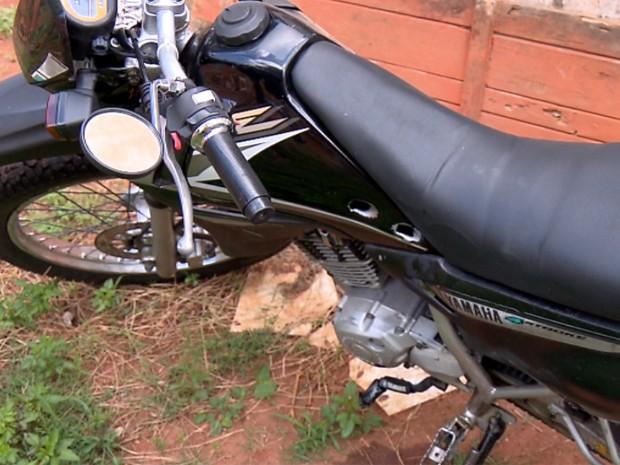 Motocicleta que agente usava ficou com marcas de balas. (Foto: Reprodução EPTV / Claudemir Camilo)