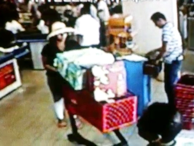 Apos furtar carteira, suspeita foi vista fazendo compras em João Pessoa  (Foto: Divulgação/Lucas Sá/Polícia Civil)