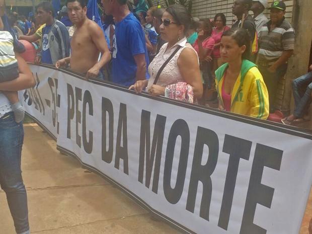 Com faixas com críticas à a PEC que estabelece um teto para os gastos públicos nos próximos 20 anos, indígenas protestam em Brasília nesta quarta-feira (23) (Foto: Elielton Lopes/G1)