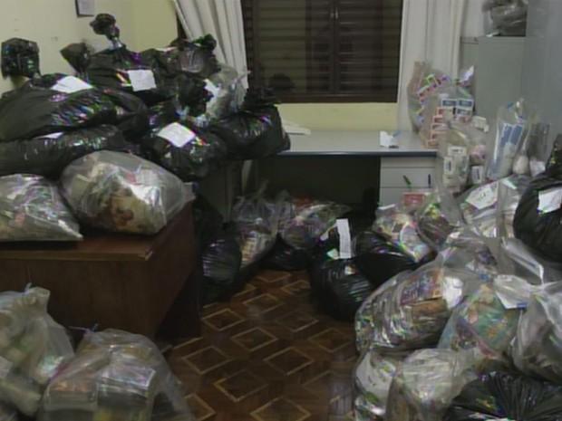 Sala na Polícia Civil ficou lotada de mercadoria pirata (Foto: Reprodução/ TV TEM)