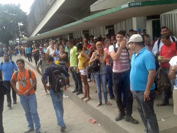 No TI Joana Bezerra, às 9h45, ônibus apenas circulam do lado de fora do terminal (Foto: Katherine Coutinho/G1)
