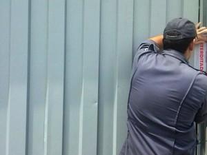 Bombeiro lacra portão em galpão usado como depósito irregular de fogos (Foto: Nayara de Paula/G1)