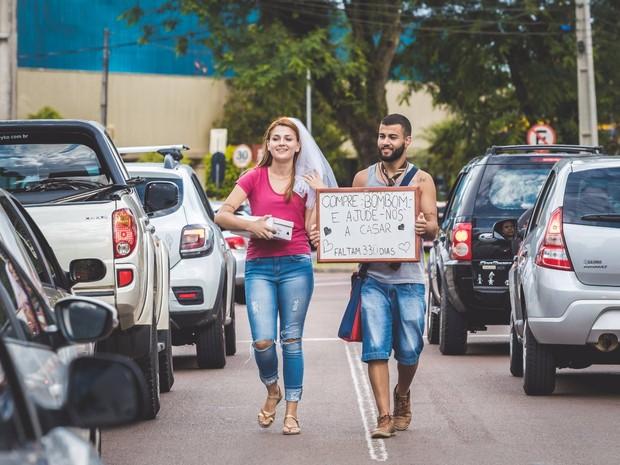 Casal decidiu vender bombons no semáforo para arrecadar dinheiro para o casamento  (Foto: Eu Luciano C. Pereira/Divulgação)