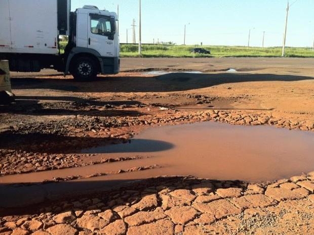 Buraco na rodovia Raposo Tavares (SP). Falta de infraestrutura é um dos entraves para o crescimento (Foto: Dhiego Maia/G1)