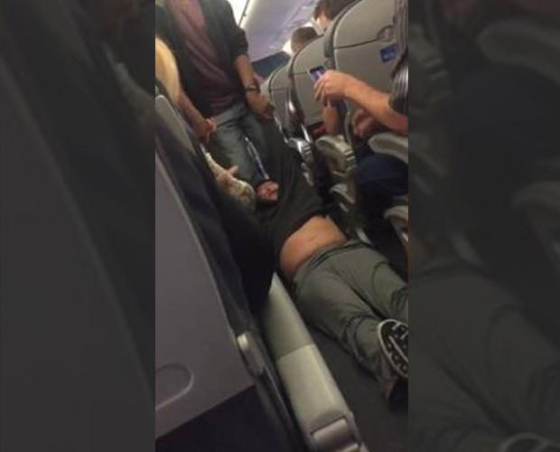 Passageiro se recusou a sair de avião e foi retirado com brutalidade (Foto: Reprodução)