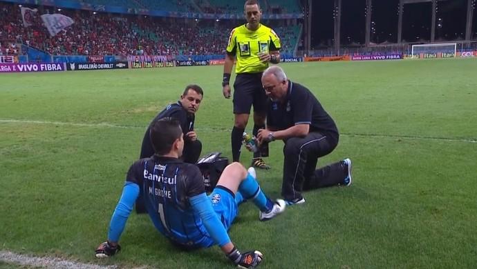 Marcelo Grohe sente problema contra o Vitória (Foto: Reprodução / SporTV)