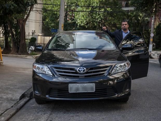 Motorista do Uber posa para foto ao lado de seu carro em Moema, na Zona Sul de São Paulo (Foto: Fábio Tito/G1)