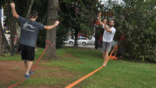 O desafio é se equilibrar em uma espécie de corda bamba para cruzar o trajeto entre dois pontos fixos, normalmente duas árvores.     [FO (Foto: Roger Santmor/RPC)