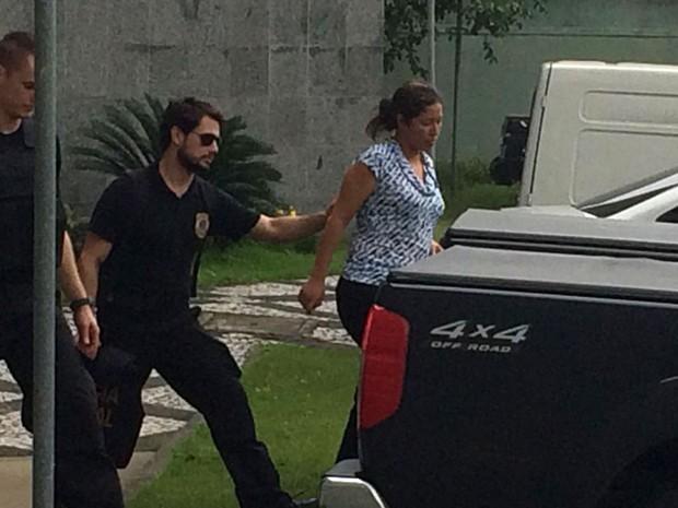 Renata Pereira Brito deixa a sede da Polícia Federal em São Paulo após ser presa durante a 22ª fase da Lava Jato na manhã desta quarta-feira (27) (Foto: Tatiana Santiago/G1)