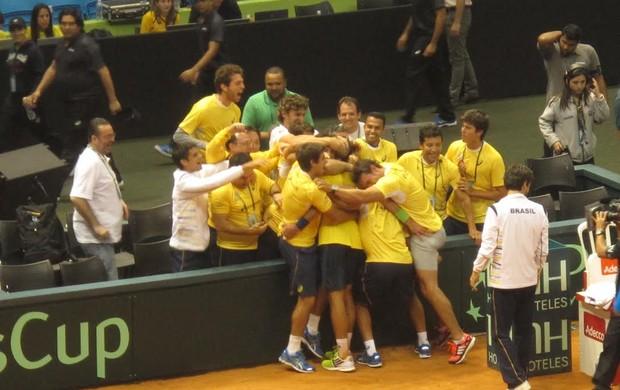 Equipe do Brasil abraça Bellucci (Foto: André Casado)