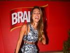 De barriga de fora, Adriana confere segundo dia de rodeio em Jaguariúna