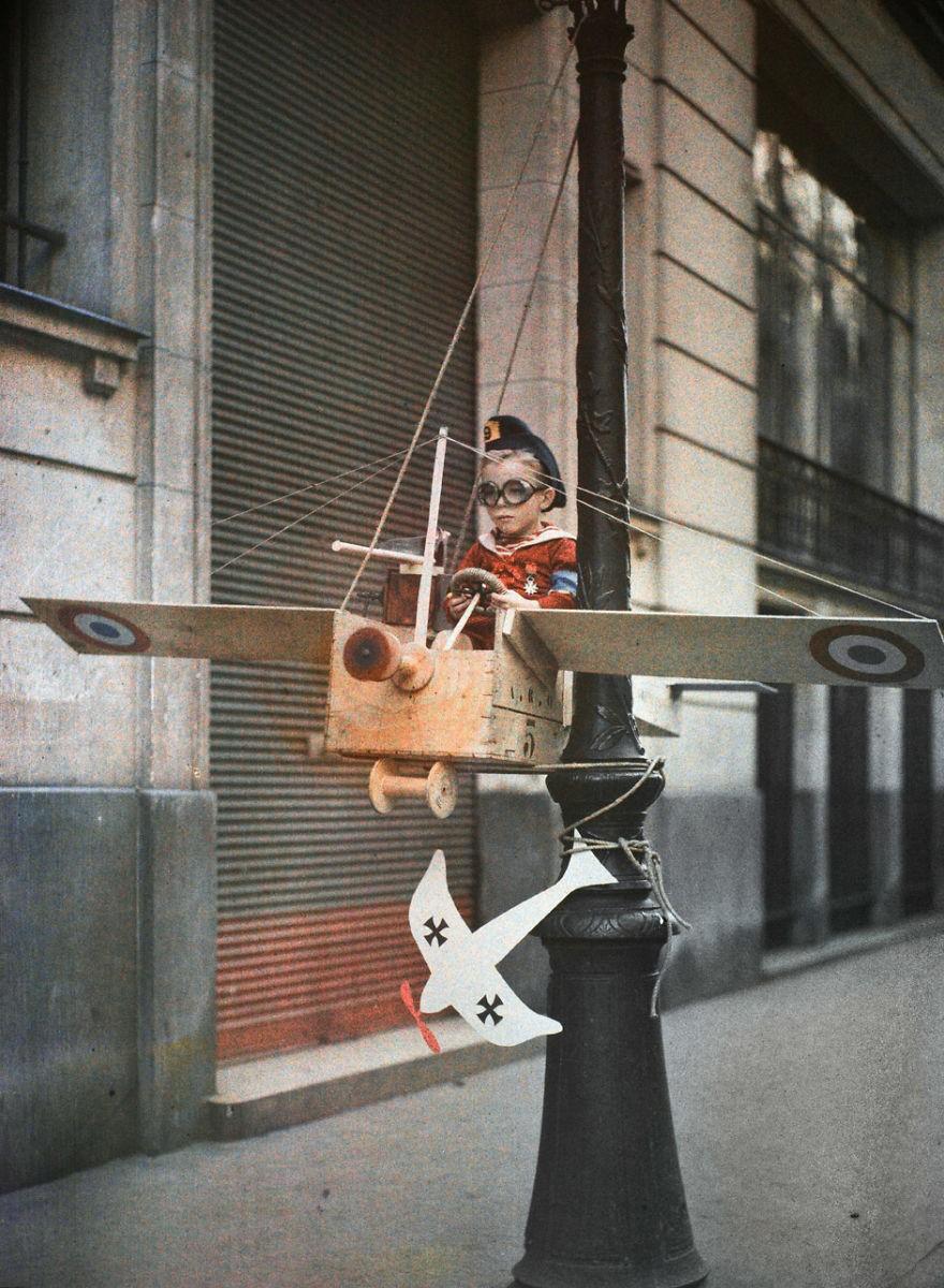 Garoto brincando na rua. Foto tirada em 1915 (FOTO: REPRODUÇÃO)