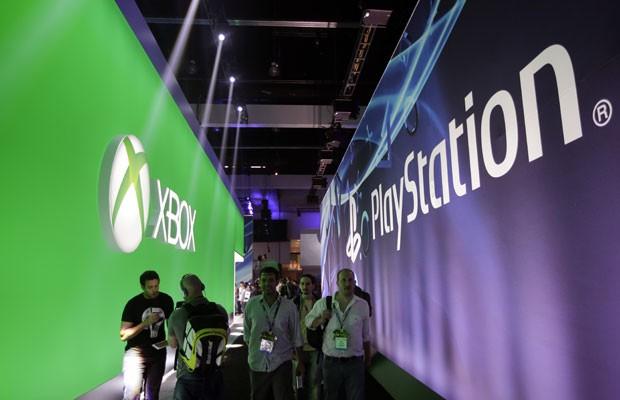 Participantes caminham pelo corredor entre os estandes da Sony e da Microsoft na Electronic Entertainment Expo (E3), em Los Angeles (Foto: Jae C. Hong/AP)