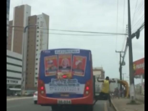 Homem pula para a calçada em ponto de ônibus na Colares Moreira (Foto: Reprodução / TV Mirante)