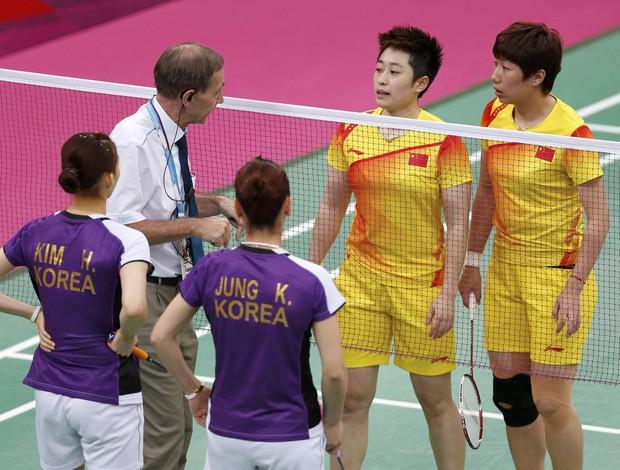 Árbitro conversa com Xiaoli/Yang, da China, e Jung/Kim, da Coreia do Sul, no badminton (Foto: Reuters)