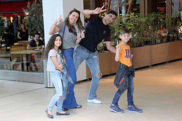 Giba com a familia no shopping Village Mall da Barra da Tijuca (Foto: Wallace Barbosa/AgNews)