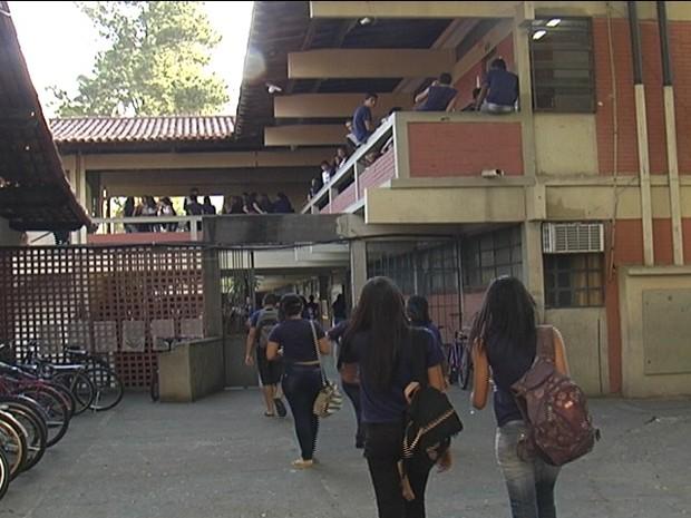 Estudantes foram nas escolas, mas ficaram sem aulas em Governador Valadares.  (Foto: Reprodução/Inter TV dos Vales)