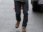 David Beckham caminha debaixo de chuva em Londres