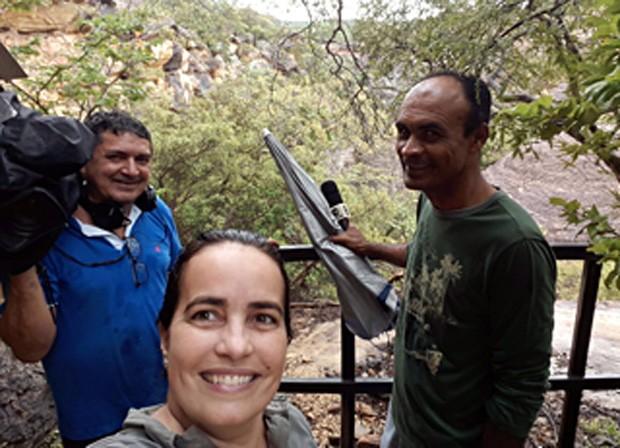 A repórter Cláudia Gaigher gravando com os repórteres cinegrafistas Fernando Cardoso e Raimundo Soares (Foto: TV Clube) (Foto: TV Clube)