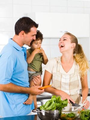Família cozinhando (Foto: Shutterstock)