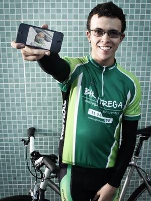 Giovane Barros exibe foto de Pedrino no celular (Foto: Caio Kenji/G1)