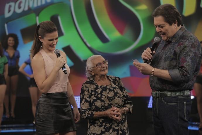 Renata Longaray e Faustão recebem Dona Linal no 'Domingão' (Foto: Inácio Moraes/Gshow)