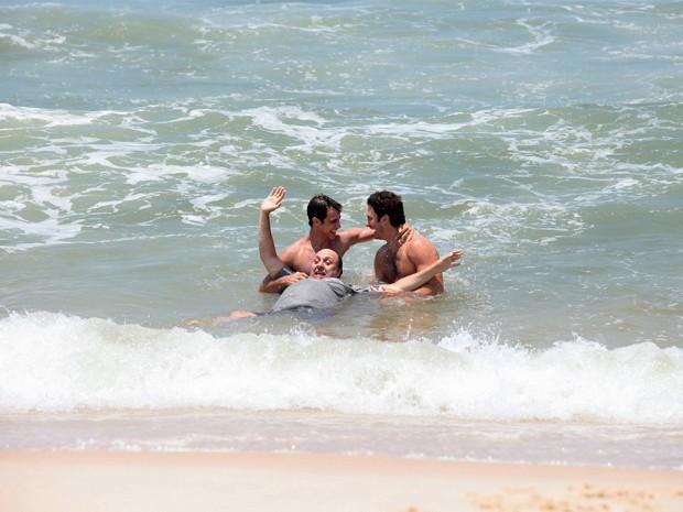 Ronny Kriwat, Nelson Baskerville e Gabriel Braga Nunes se divertem no mar (Foto: Em Família/TV Globo)