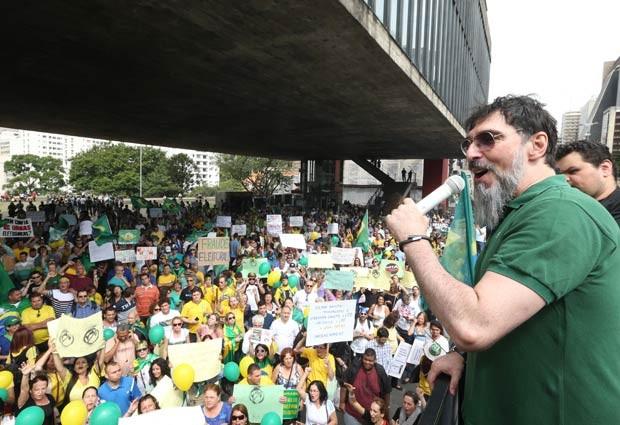 O cantor Lobão (d) discursa durante manifestação contra o Partido dos Trabalhadores (PT) e pelo impeachment da presidente Dilma Rousseff, com concentração no vão livre do Museu de Arte de São Paulo (Masp), na Avenida Paulista, neste sábado.  (Foto: Daniel Teixeira/Estadão Conteúdo)