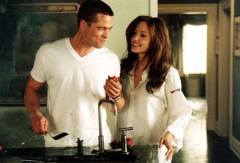 """Brad Pitt e Angelina Jolie em """"Sr. e Sra. Smith"""" (Foto: Reprodução)"""