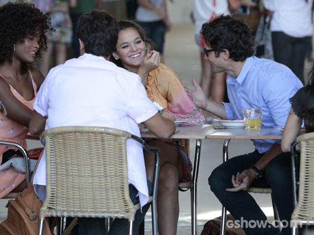 Luiza é só sorrisos em papo com Laerte, enquanto sua mãe assiste a tudo tensa (Foto: Felipe Monteiro/TV Globo)