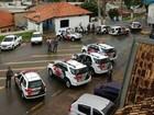 Policiais fazem cerco a banco após suspeitar de dupla dentro da agência