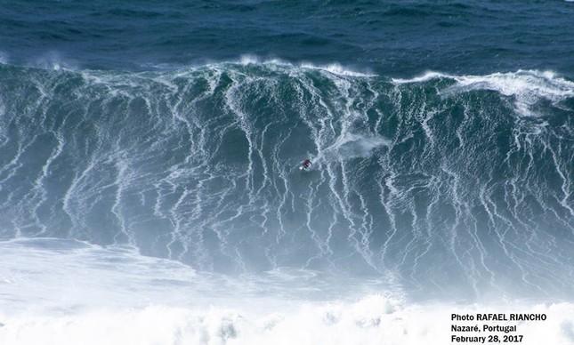 Italiano pega uma das maiores ondas do mundo em Portugal; assista