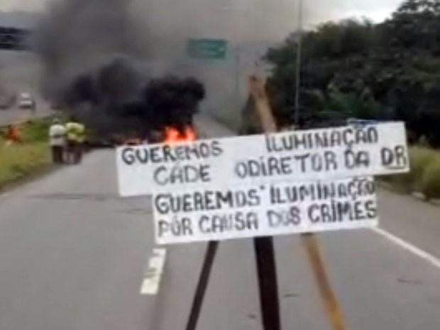 Moradores fecharam os dois sentidos da BR-408 na entrada de São Lourenço da Mata com pneus e entulhos queimados. Protesto bloqueia trânsito desde as 7h30 (Foto: Reprodução / WhatsApp)