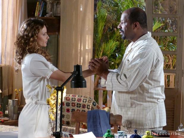 Ele pergunta a esposa o verdadeiro motivo de ela ter ido embora (Foto: Flor do Caribe/TV Globo)