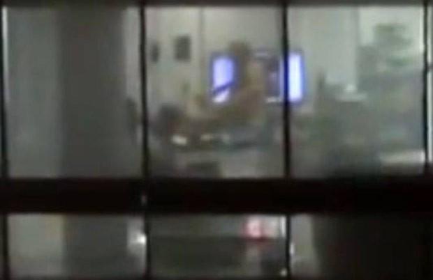 Casal deixa luzes acesas e é flagrado fazendo sexo em escritório no México (Foto: Reprodução)