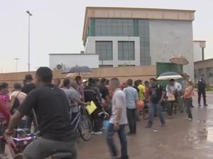 Longas filhas de formaram em frente ao prédio da Justiça Federal para requer a revisão (Foto: Reprodução/TV Amapá)