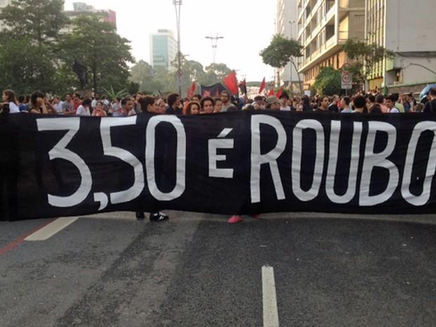 Manifestantes começam a descer a Rua da Consolação (Foto: Márcio Pinho/G1)