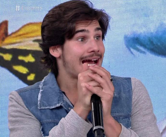 Nicolas se emociona ao receber a família no 'Encontro' (Foto: TV Globo)