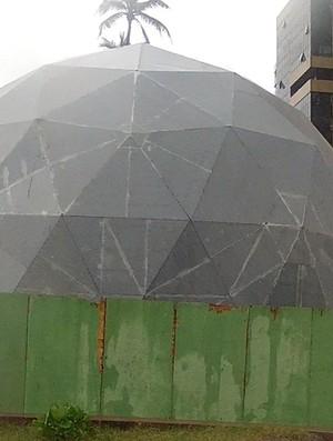 Banheiro-bola Aterrinho da Praia de Iracema (Foto: Reprodução/TV Verdes Mares)