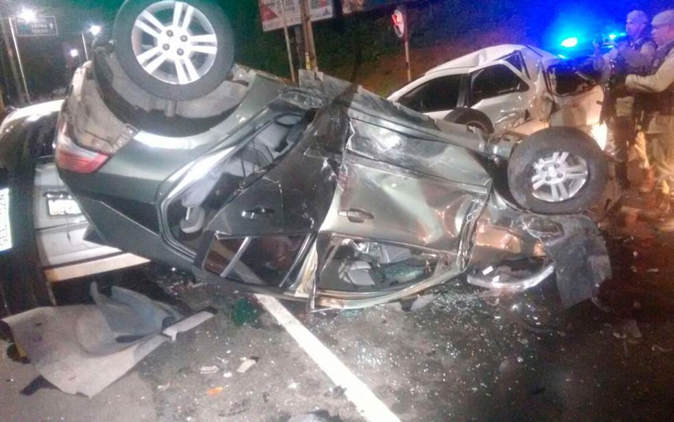 Carro em que criminosos estavam capotou e atingiu outros 5 veículos em Salvador (Foto: Divulgação/SSP)