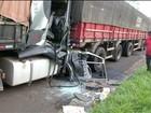 Motorista fica preso às ferragens em acidente entre caminhões em Itararé