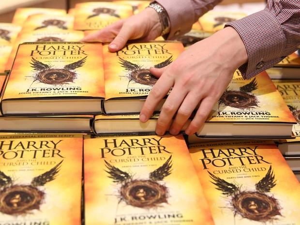 Funcionária organiza exemplares do livro em livraria de Londres  (Foto: Neil Hall/Reuters)