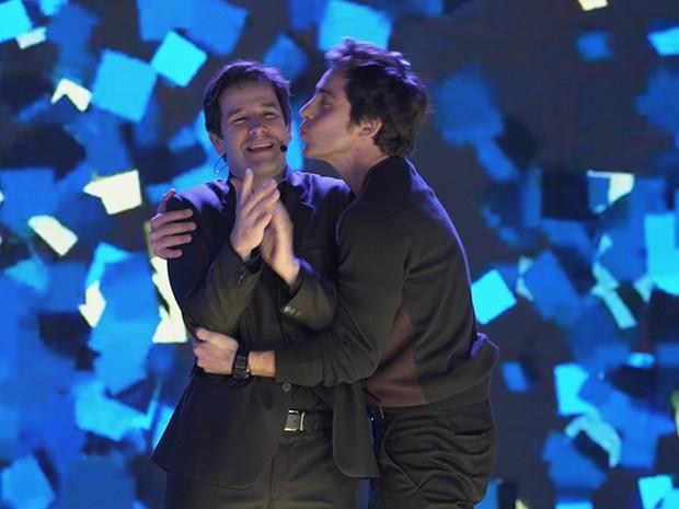 Ernesto explode de felicidade, e agarra Jonas para beijá-lo (Foto: Parker TV)