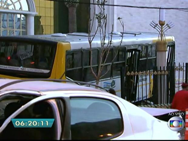 Após colisão, ônibus atinge Templo de Salomão, no Brás, na madrugada desta terça-feira (19) (Foto: Reprodução/TV Globo)