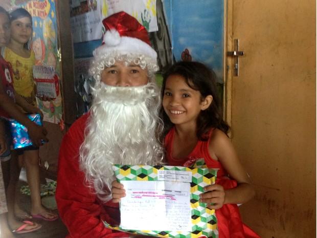 Papai Noel entregou presentes em escola de Macapá nesta quarta-feira (17) (Foto: Fabiana Figueiredo/G1)